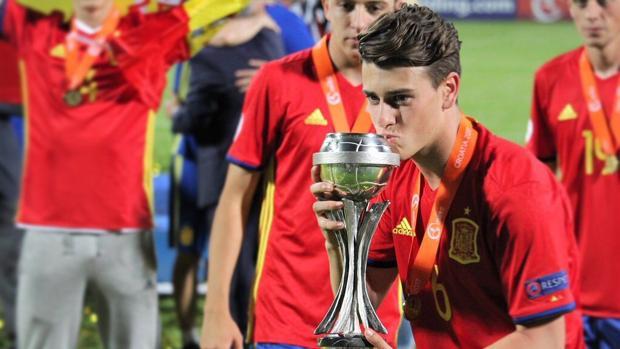 Blanco besa el trofeo de campeón de Europa