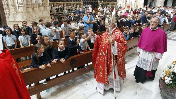El obispo de Córdoba, durante una misa con niños en la Mezquita-Catedral