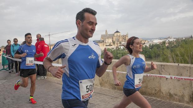 Unos corredores durante la Carrera Popular del Puente Romano en Córdoba