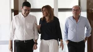 Susana Díaz, con su portavoz, Mario Jiménez, y el secretario de Organización, Juan Cornejo