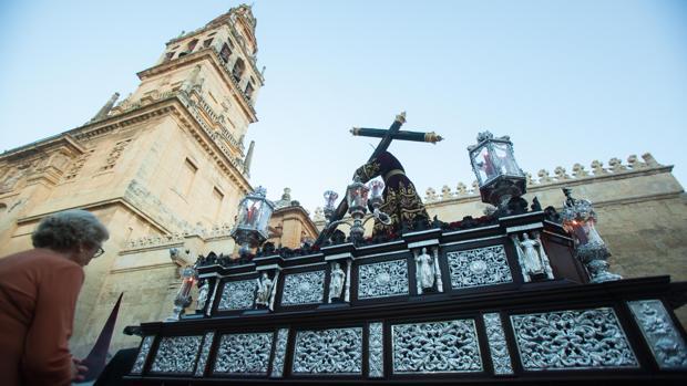 El paso de la Vera-Cruz cuenta con una figura de San Fernando