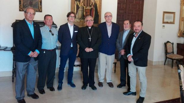 La junta de gobierno del Cristo de Gracia, junto a Demetrio Fernández
