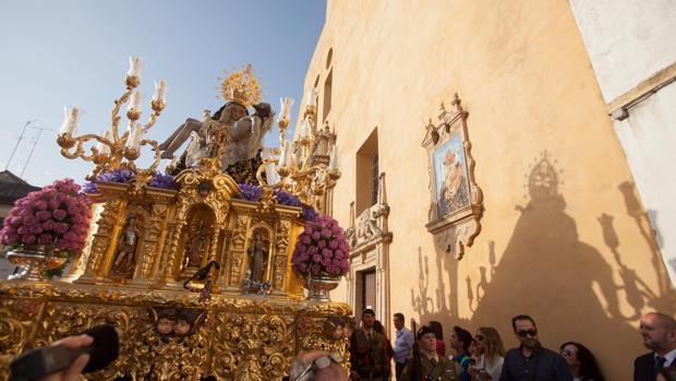 La Virgen de las Angustias, durante su salida procesional
