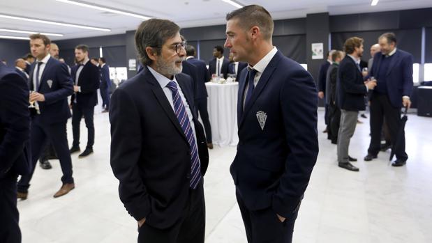 El máximo accionista del Córdoba, Carlos González, junto al técnico Luis Carrión