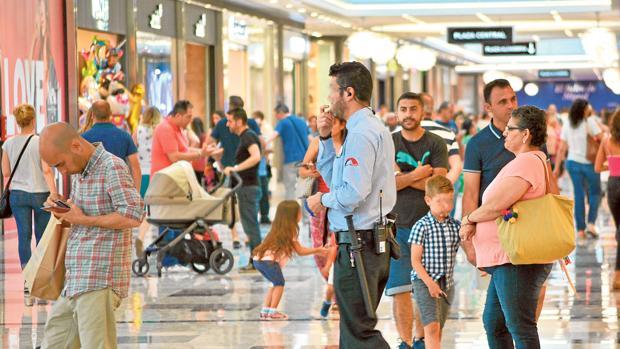 Un vigilante d e seguridad, paseando por el Centro Comercial Nevada, en Granada