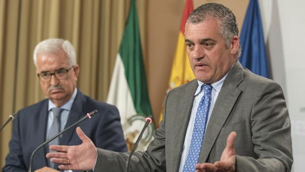 El consejero de Empleo, Javier Carnero (d), junto al vicepresidente de la Junta, Manuel Jiménez Barrios