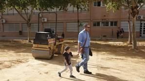 Aparatos de aire acondicionado en la fachada de un centro educativo de Córdoba