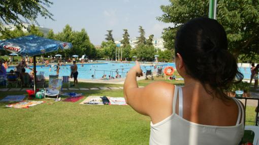 Socios del Club Figueroa disfrutando de sus piscinas