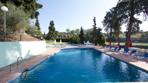 Una de las piscinas con que cuenta el hotel Maestre Escuela