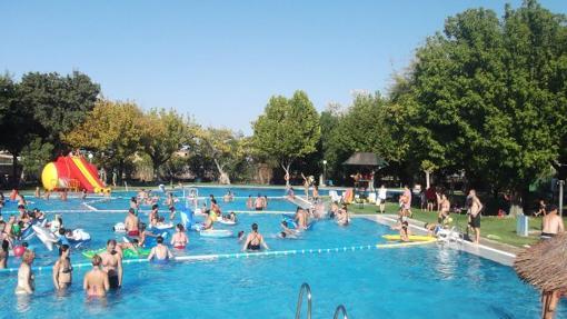 Bañistas en la piscina del Club Neptuno