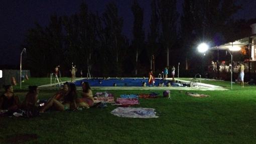 Bañistas de noche en la piscina de Obejo