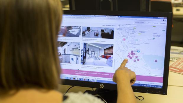 Una potencial clienta hace una búsqueda de alojamiento turístico en Internet
