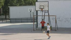 Dos niños juegan en el patio del colegio Al-Andalus