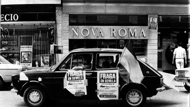 Un vehículo anunciando un acto electoral de Manuel Fraga en Sevilla