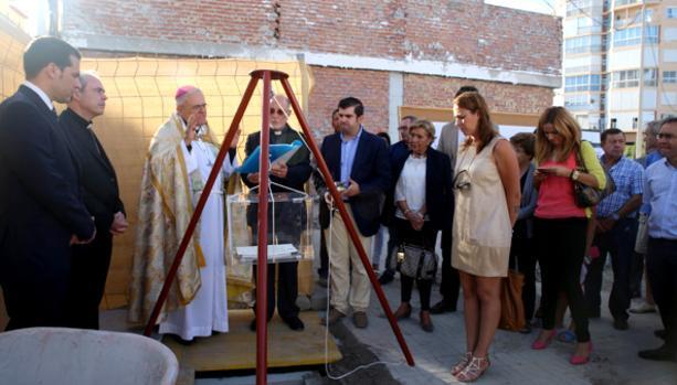 El obispo, durante la colocación de la primera piedra de la residencia