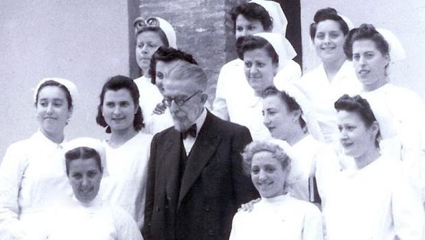 El doctor Gálvez, junto a las matronas