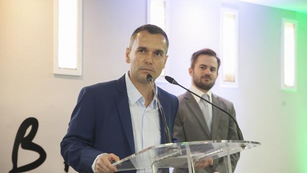 Alejandro González observa a Alex Gómez