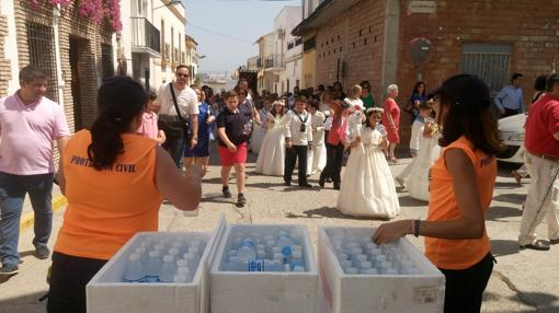 Reparto de agua en la procesión en El Carpio