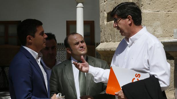 Juan Marín dialoga con los diputados de su grupo en el pleno de este jueves del Parlamento