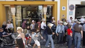 Turistas ante un establecimiento hotelero de la capital cordobesa