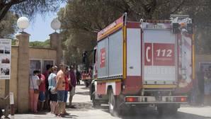 Clientes a la puerta del camping Doñana, una de las infraestructuras más dañadas en la zona del incendio de Huelva