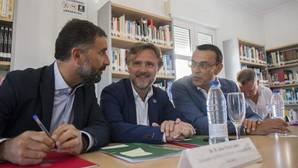 El consejero, flanqueado por el alcalde de Moguer y el presidente de la Diputación de Huelva