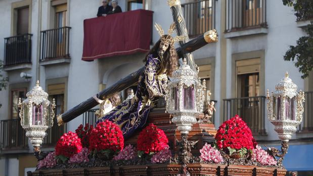 Nuestro Padre Jesús Caído, sobre su paso procesional