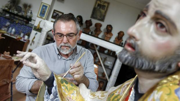 Antonio Bernal, trabajando en la imagen de San Juan de Ávila