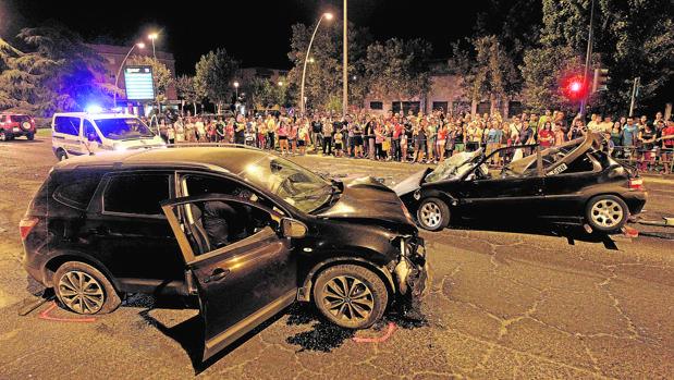 Dos coches dañados tras protagonizar un choque en la avenida de Carlos III