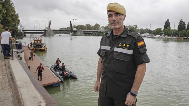 EL teniente coronel Isaac López, en el muelle de las Delcicias de Sevilla