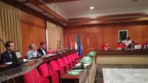 Los populares, en su sede municipal, después de dejar el Pleno