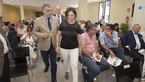 Carnero junto a la alcaldesa de Córdoba, Isabel Ambrosio, en el Parque Joyero