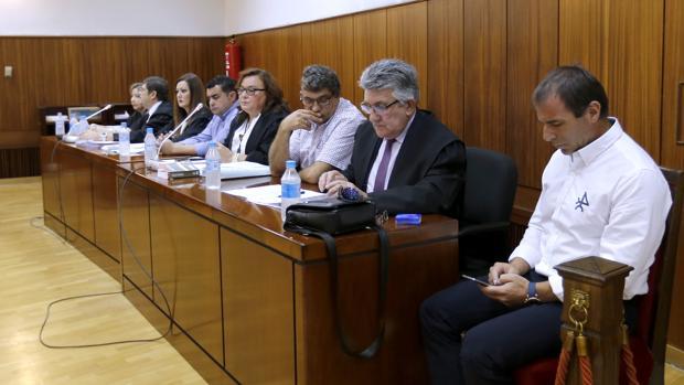 Los acusados, junto a sus abogados, durante la celebración del juicio el pasado septiembre