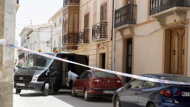 Precinto policial junto al domicilio donde ha tenido lugar el suceso