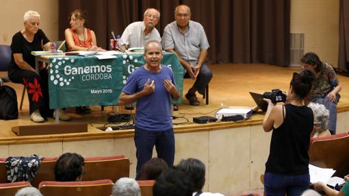 El portavoz municipal de Ganemos Córdoba durante una asamblea