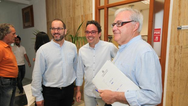 Emilio Aumente, con sus compañeros del grupo socialista David Luque y Antonio Rojas