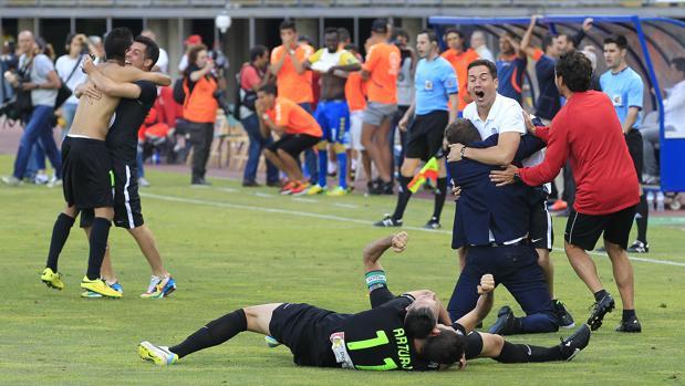 Los jugadores del Córdoba celebran el gol de Uli Dávila en Las Palmas