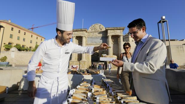 Pedro García en una degustación de desayuno molinero en el Puente Romano