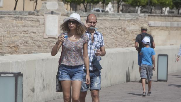 Dos turistas en el Puente Romano de Córdoba