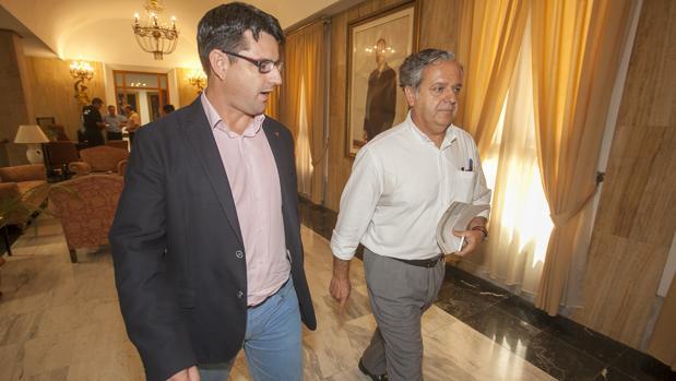 Slavador Fuentes junto a Pedro García, en el Ayuntamiento de Córdoba