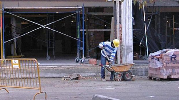 Un trabajador, en una obra en Lucena