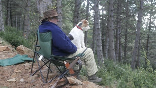 Un cazador con su perro en su puesto
