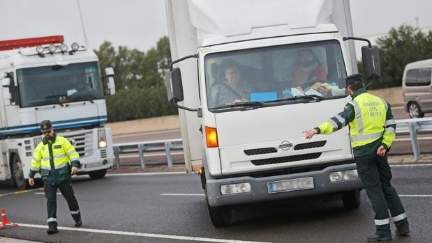 Guardias civiles durante un control de carretera