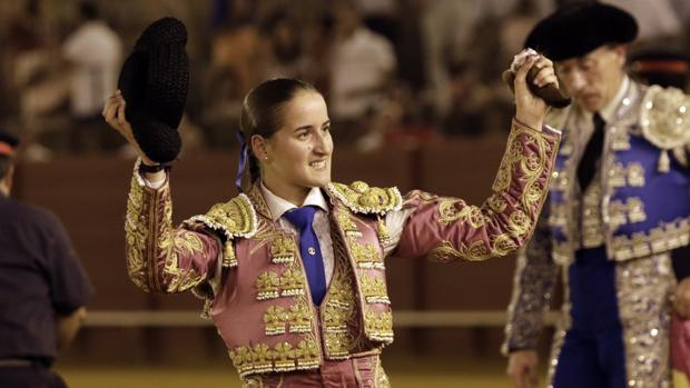 La novillera Rocío Romero, con la oreja que cortó en la Maestranza