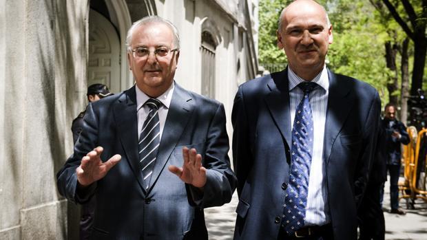 El exconsejero andaluz de Empleo Antonio Fernández (izquierda), tras declarar ante el Supremo en 2015