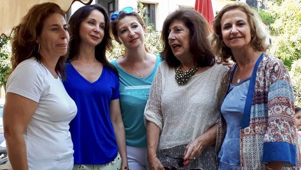 Merecedes Alaya, junto a Maribel, Estrella, María Angustias y Mercedes, afectadas por el impuesto