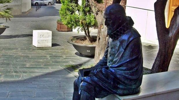Estatua de Cervantes en Vélez Málaga.