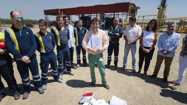 Francisco Velasco, director del Proyecto Marismas, con los estudios sísmicos de esta iniciativa.
