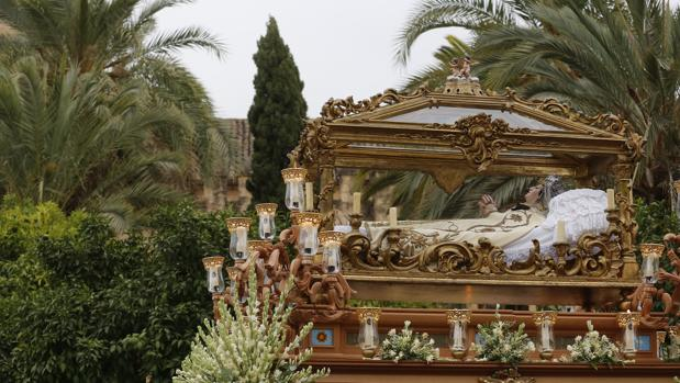 La Virgen del Tránsito, exornada con nardos en su procesión