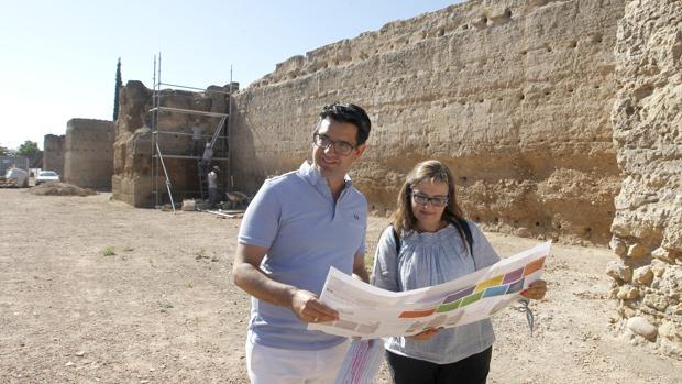 Pedro García (IU), delegado de Turismo y Carmen Chacón, arquitecta de la GMU en las obras